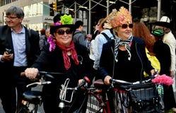 NYC: Duas mulheres com as bicicletas na parada da Páscoa Imagem de Stock Royalty Free