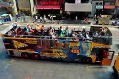 NYC: Dubbla Decker Tourist Bus i Times Square Royaltyfri Bild
