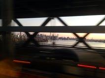 Nyc durch die Brücke Lizenzfreie Stockbilder