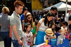 NYC: Dzieci Dekoruje Yarmulkes przy Chinatown festiwalem zdjęcie royalty free