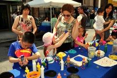 NYC: Dzieci przy Eldridge Ulicznym festiwalem w Chinatown obrazy royalty free