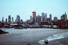 Nyc East River som bedövar sikt fotografering för bildbyråer