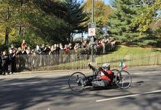 NYC el 7 de noviembre: La muchedumbre anima maratón del ciclista NYC de la mano Imagenes de archivo
