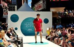 NYC: El modelo masculino ajusta a veces al desfile de moda Imágenes de archivo libres de regalías