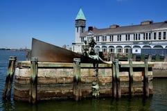NYC:  El monumento del marinero y terminal del fuego en parque de batería Imagenes de archivo