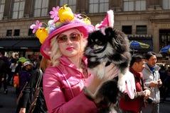 NYC: Elegante Vrouw met Hond bij Pasen-Parade Stock Foto