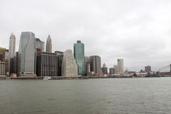 NYC en el East River imagen de archivo libre de regalías