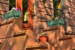 nyc för rödbrun sandsteningångsframdel till Royaltyfria Bilder