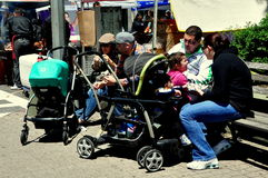 NYC: Families met Babywandelwagens stock foto's