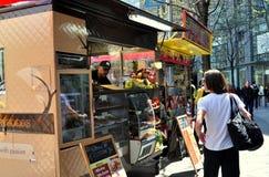 NYC : Femme achetant les aliments de préparation rapide Photographie stock