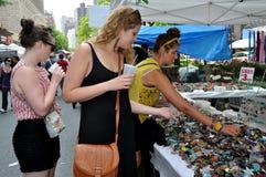 NYC : Femmes au festival supérieur de rue de Broadway photos libres de droits