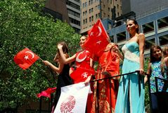 NYC : Femmes sur le flotteur au défilé turc de jour Photographie stock libre de droits