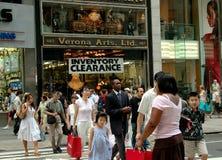 NYC: Femte avenyfolkmassor & lager arkivbilder