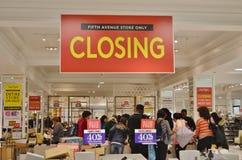 NYC Fifth Avenue Lord und Taylor Store Closing Out von den Geschäftsleuten, die Verkaufs-Waren-Kleidung und Schuhe kaufen stockbild