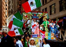 NYC: Flotador colorido en el desfile mexicano Foto de archivo libre de regalías