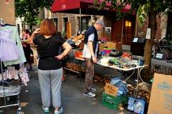 NYC: Folk som bläddrar på en gatamässa Arkivbilder