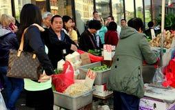 NYC: Folk som shoppar på Canal Street i kineskvarter royaltyfri bild