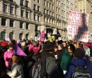 NYC-folkmassa, mänskliga rättigheter, mars för kvinna` s, Central Park, NYC, NY, USA Royaltyfri Bild