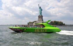 NYC: Freiheitsstatue und Ausflug-Boot Stockbild