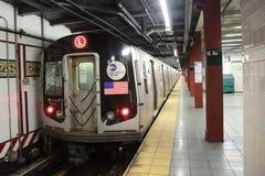 NYC-gångtunnel L drev ankommer på den åttonde avenystationen i Manhattan Arkivbild