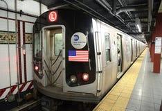 NYC-gångtunnel L drev ankommer på den åttonde avenystationen i Manhattan Arkivbilder