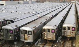 NYC-gångtunnelbilar i en bussgarage Royaltyfri Bild