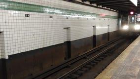 NYC-gångtunneldrev som ankommer på stationen, New York City, NY, USA stock video