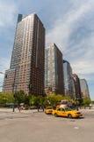 NYC-gatatrafik och byggnader Arkivbild