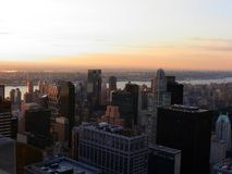 NYC-gebouwenmening tegen een oranje hemel royalty-vrije stock fotografie