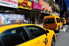 NYC: Gelbe Taxis auf achter Allee Stockbild