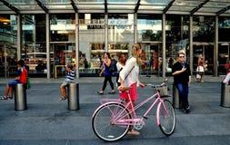 NYC: Gente en el centro de Time Warner Imagenes de archivo