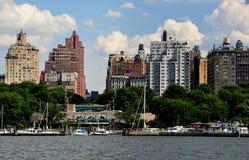 NYC: Górna zachodniej strony linia horyzontu i brzeg rzeki park Obraz Royalty Free