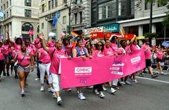 NYC : Groupe de GMHC au défilé homosexuel de fierté Images stock