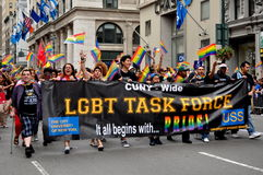 NYC: Grupo de trabajo de LGBT en el desfile alegre del orgullo imagen de archivo libre de regalías