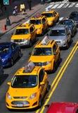 NYC: Gula taxi på gatan för öst 42nd Arkivbild