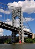 NYC: Gw-Brücke u. wenig roter Leuchtturm Stockfotos