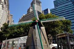NYC: Holländsk väderkvarn på den New Amsterdam byhändelsen Arkivbilder