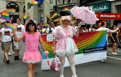 NYC: Hombres en la fricción en el desfile alegre del orgullo Imágenes de archivo libres de regalías
