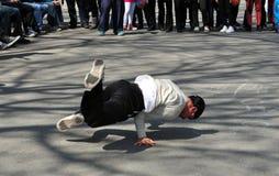 NYC: Homem Breakdancing no Central Park Fotografia de Stock Royalty Free