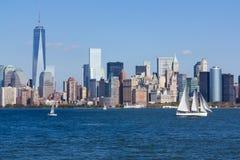 Nyc horisont med segelbåten Arkivbild