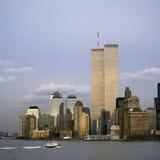 NYC-horisont med tvillingbröderna Royaltyfri Bild
