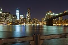 NYC-horisont och den Manhattan bron Arkivbild