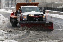NYC-Hygiene-LKW, der Schnee im Bronx pflügt Stockbild