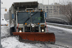 NYC-Hygiene-LKW, der Schnee im Bronx pflügt Lizenzfreie Stockbilder