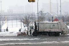 NYC-Hygiene-LKW, der Schnee im Bronx pflügt Lizenzfreies Stockbild