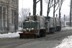 NYC-Hygiene tauscht das Pflügen des Schnees im Bronx Lizenzfreie Stockfotos