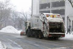 NYC-Hygiene tauscht das Pflügen des Schnees im Bronx Stockfoto