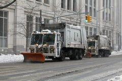 NYC-Hygiene tauscht das Pflügen des Schnees im Bronx Stockfotos