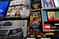 NYC: Jätte- advertizingaffischtavlor i Times Square Arkivfoton