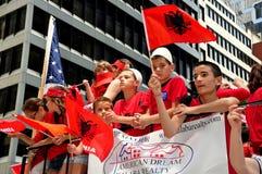 NYC: Jóvenes albaneses que montan en el flotador del desfile Imagen de archivo